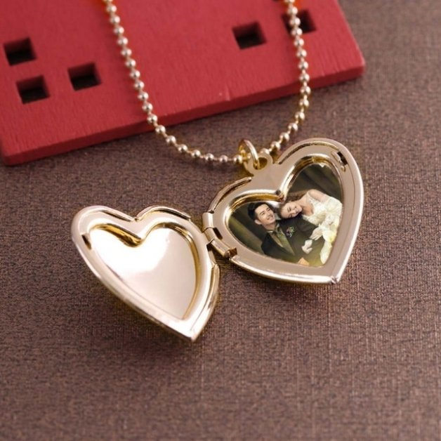 Woman's heart medallion necklace for photo design in rose gold color